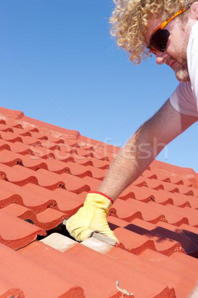 Pracownik budowlany Płytka dachu pracownika żółty rękawice Zdjęcia stock © roboriginal