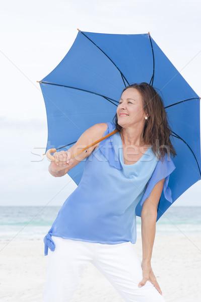 Stockfoto: Portret · gelukkig · aantrekkelijk · rijpe · vrouw · strand · permanente