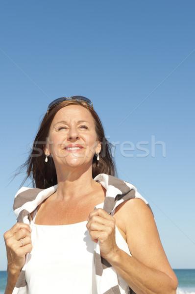 Gyönyörű érett nő élvezi nyugdíj tengerpart portré Stock fotó © roboriginal