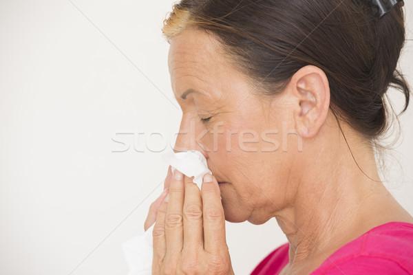 Kobieta tkanka nosa cierpienie zimno portret Zdjęcia stock © roboriginal