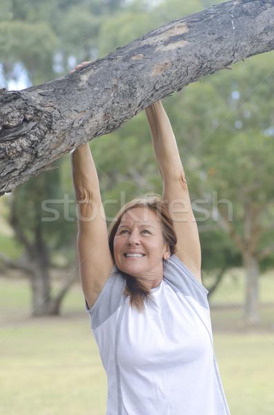 Rijpe vrouw park geïsoleerd aantrekkelijk gelukkig Stockfoto © roboriginal