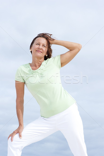 Stockfoto: Rijpe · vrouw · strand · portret · aantrekkelijk · permanente