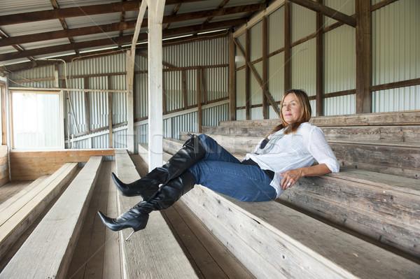 Aantrekkelijk rijpe vrouw jeans portret vergadering Stockfoto © roboriginal