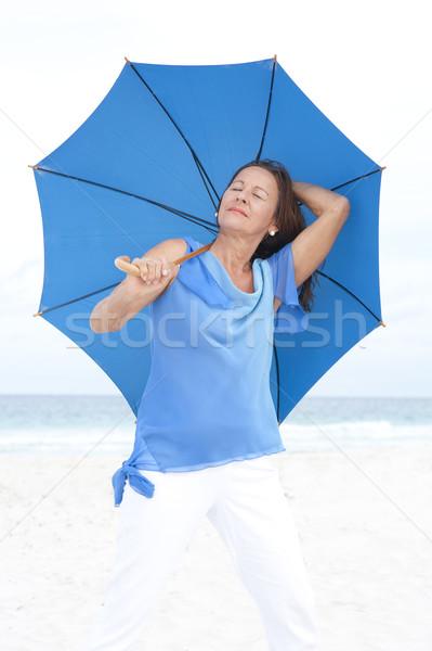 Stockfoto: Portret · aantrekkelijk · rijpe · vrouw · strand · permanente