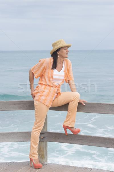 Aantrekkelijk vriendelijk vrouw strand portret rijpe vrouw Stockfoto © roboriginal