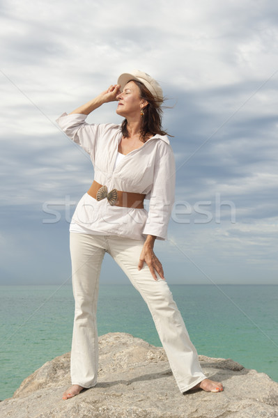 érett nő óceán portré vonzó fehér áll Stock fotó © roboriginal