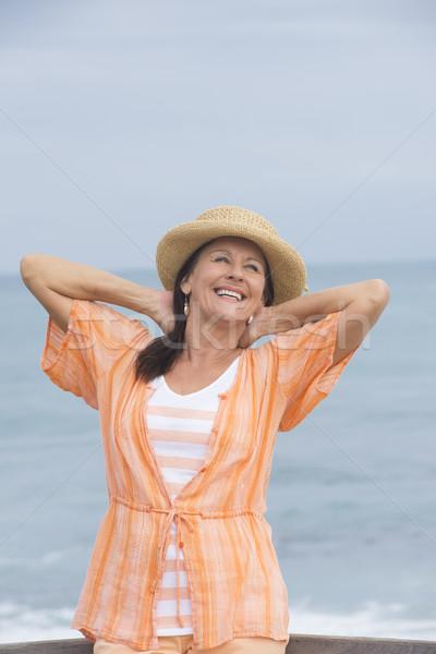 örömteli érett nő óceán tengerpart portré gyönyörű Stock fotó © roboriginal