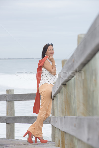 Vonzó érett nő tengerpart portré áll nyugodt Stock fotó © roboriginal