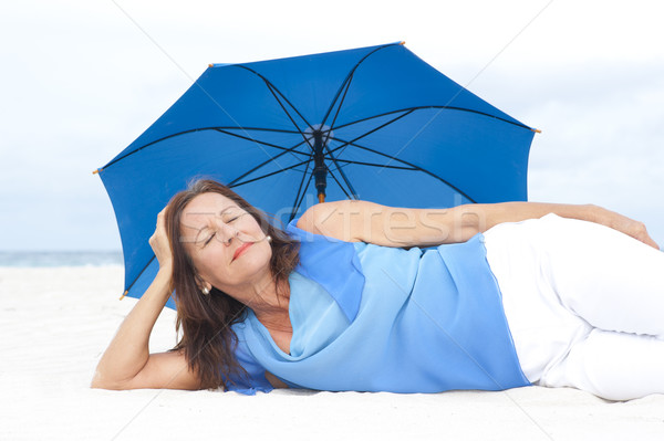 Stockfoto: Rijpe · vrouw · strand · portret · aantrekkelijk · Blauw