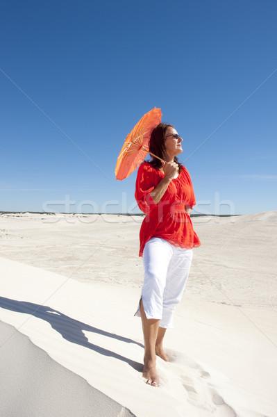 Solitario feliz mujer desierto duna atractivo Foto stock © roboriginal
