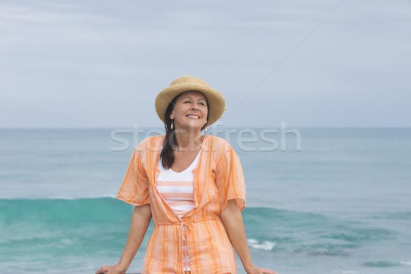 Stockfoto: Gelukkig · vriendelijk · rijpe · vrouw · strand · oceaan · portret