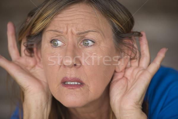 Vrouw luisteren angstig geluid portret aantrekkelijk Stockfoto © roboriginal