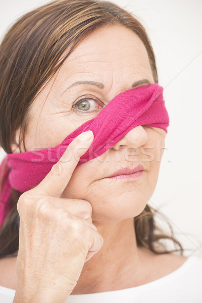 Foto stock: Uno · ojo · con · los · ojos · vendados · mujer · madura · retrato · atractivo