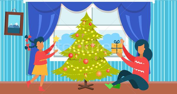 Mutter Tochter Weihnachten neben Baum dekoriert Stock foto © robuart