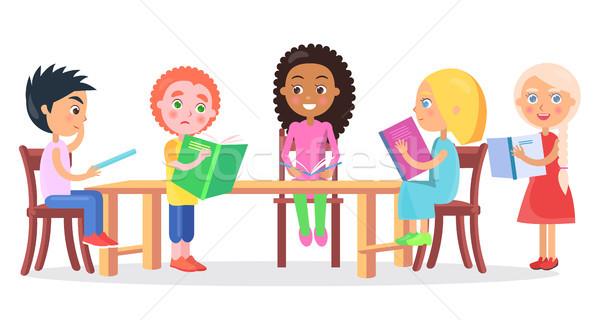 Stockfoto: Schoolkinderen · vergadering · bureau · lezing · boeken · kinderen