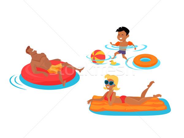 Boldog család fürdik tenger apa hazugságok felfújható Stock fotó © robuart