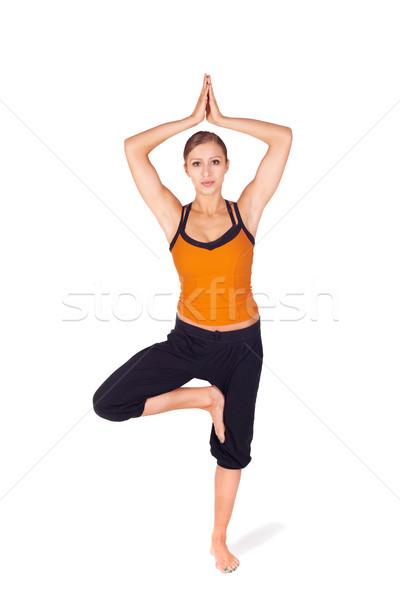 Geschikt aantrekkelijke vrouw oefenen yoga boom pose Stockfoto © rognar