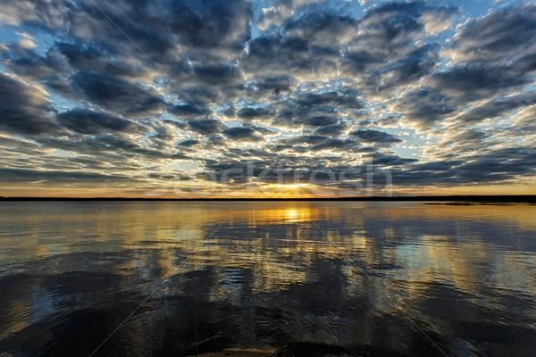 Tó naplemente drámai gyönyörű égbolt felhők Stock fotó © Roka