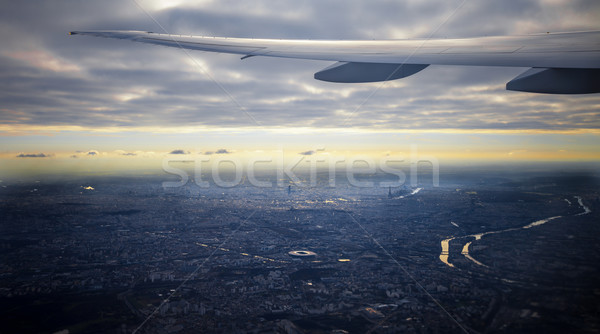 Widoku Paryż miasta płaszczyzny skrzydła okno Zdjęcia stock © romitasromala