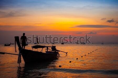 Tajska łodzi rybaka sylwetka wygaśnięcia plaży Zdjęcia stock © romitasromala