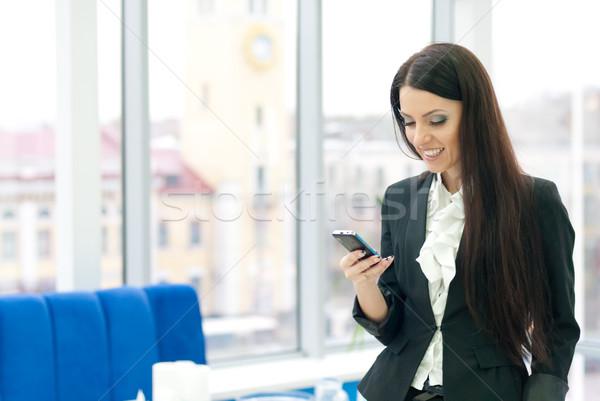 Fiatal üzletasszony beszél mobil sikeres üzlet Stock fotó © rosipro