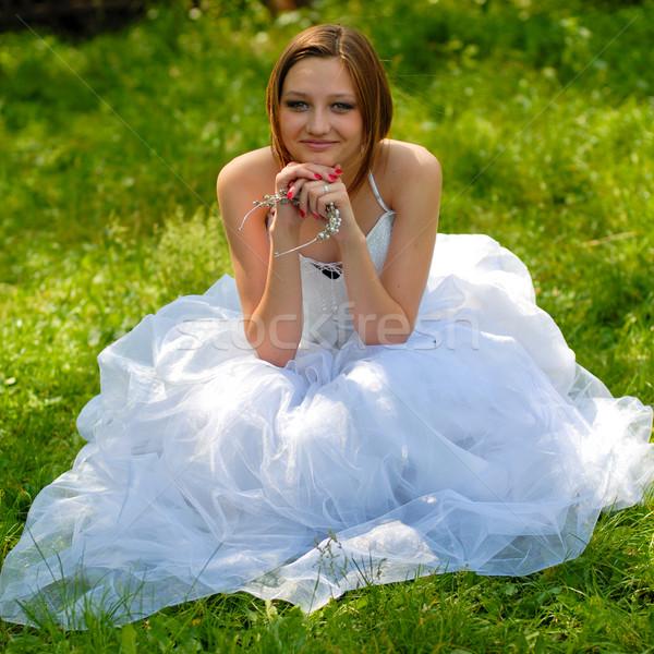Jovem feliz noiva grama verde menina casamento Foto stock © rosipro