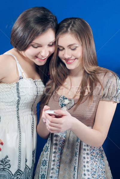 Kettő boldog tini barátok olvas üzenet Stock fotó © rosipro