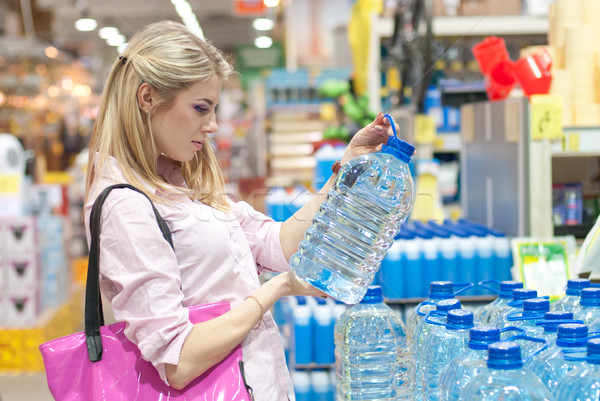 Nő üveg víz bolt gyönyörű fiatal nő Stock fotó © rosipro