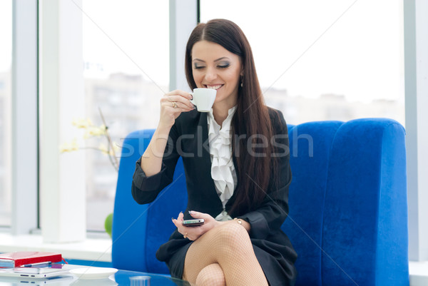 Fiatal üzletasszony iszik kávé sikeres üzlet Stock fotó © rosipro