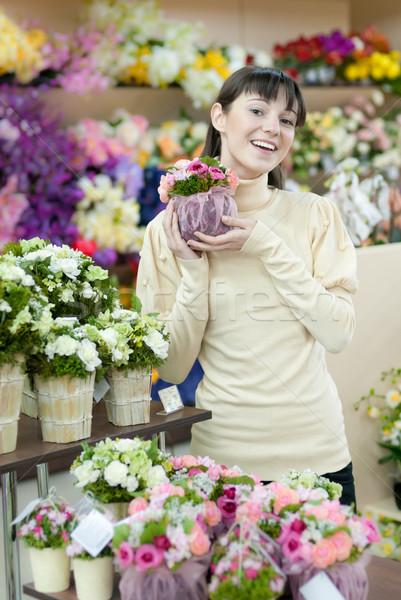 Nő virágüzlet fiatal gyönyörű boldog mosolyog Stock fotó © rosipro