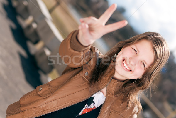 Feliz menina adolescente vitória paz assinar Foto stock © rosipro