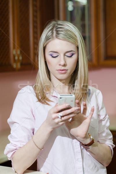 Mosolyog fiatal nő küldés szöveges üzenet otthon konyha Stock fotó © rosipro