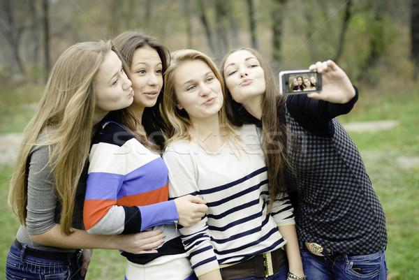 Négy tini lányok elvesz kép táblagép Stock fotó © rosipro
