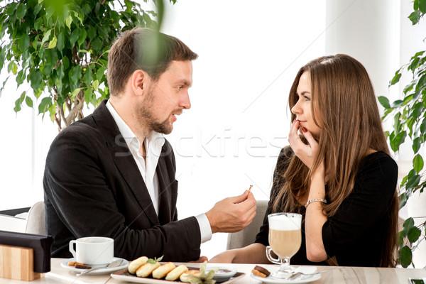 Om propunere prietena restaurant inel Imagine de stoc © RossHelen
