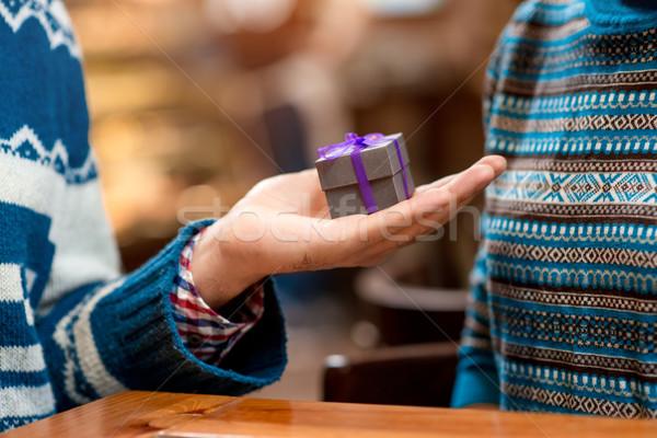 Om propunere prietena cafenea cutie cadou Imagine de stoc © RossHelen