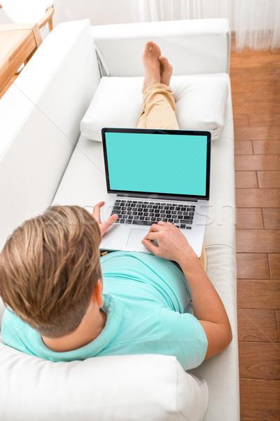 Man werken laptop knappe man leggen bank Stockfoto © RossHelen