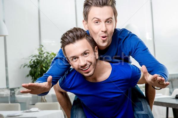 Tweelingen vriendschap vriendelijk broers paardrijden Stockfoto © RossHelen