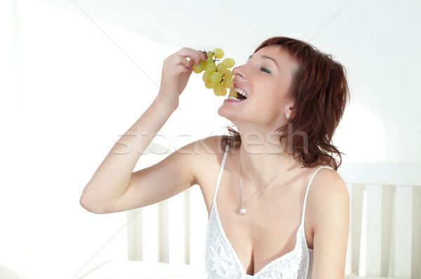 Güzel genç kadın meyve beyaz elbise gıda yaz Stok fotoğraf © rozbyshaka
