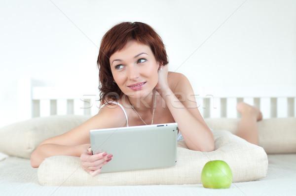 Mulher verde maçã comprimido cama leitura Foto stock © rozbyshaka