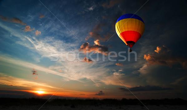 Románc repülés színes hőlégballon repülés napfelkelte Stock fotó © rozbyshaka