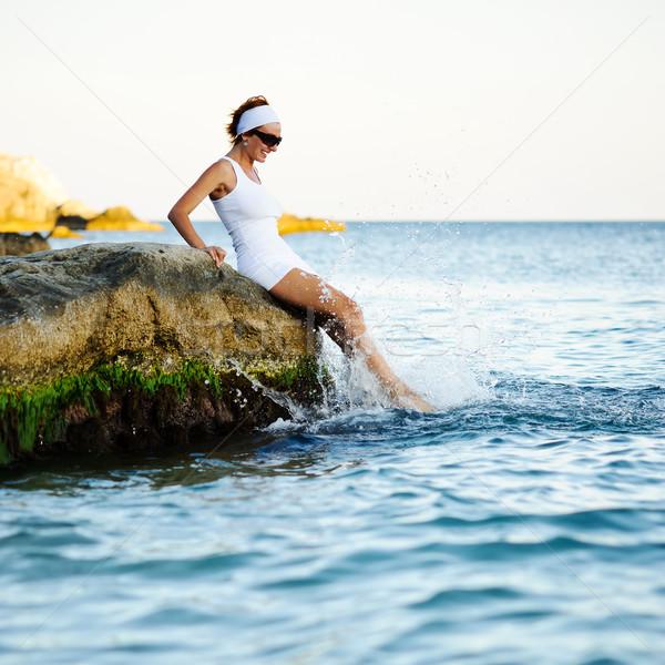Bela mulher mar sessão pedra sorrir Foto stock © rozbyshaka