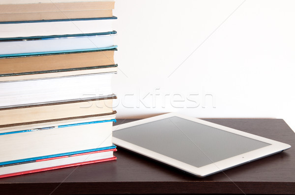 Ebook czytelnik książek tabeli komputera Zdjęcia stock © rozbyshaka