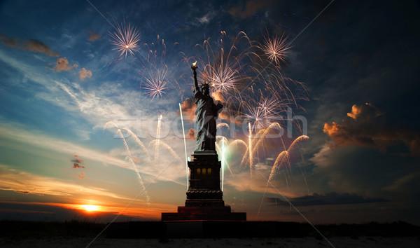 Gün özgürlük dünya heykel gündoğumu havai fişek Stok fotoğraf © rozbyshaka