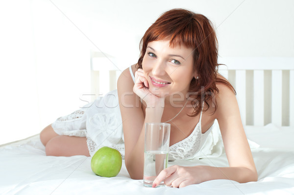 Atraente mulher jovem verde maçã vidro água Foto stock © rozbyshaka