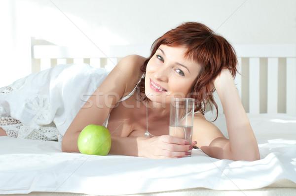 çekici genç kadın yeşil elma cam su Stok fotoğraf © rozbyshaka