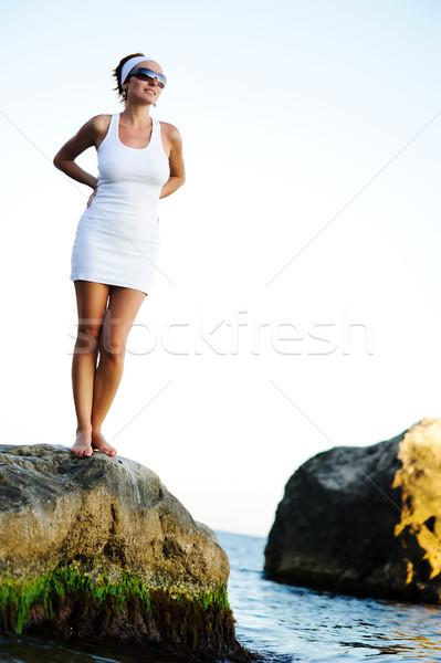 Mulher em pé pedra mar bela mulher olhando Foto stock © rozbyshaka