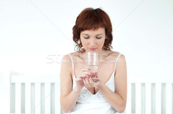 Jonge vrouw glas zoetwater gezonde vrouw hand Stockfoto © rozbyshaka