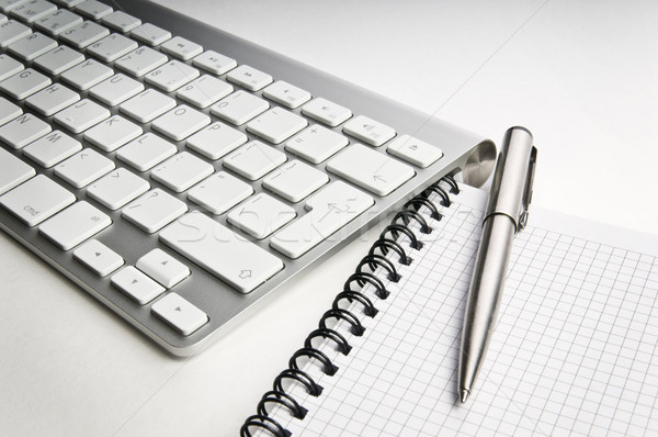 Local de trabalho teclado caderno caneta negócio trabalhar Foto stock © rozbyshaka