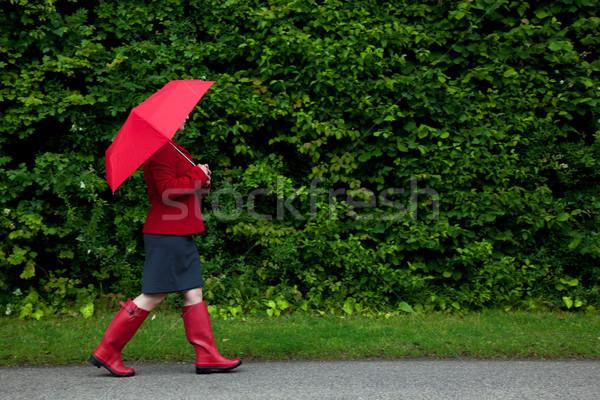 Femme rouge marche parapluie photo route Photo stock © RTimages