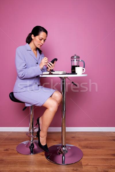 ストックフォト: 女性実業家 · カフェ · 作業 · 表 · 書く · 携帯電話
